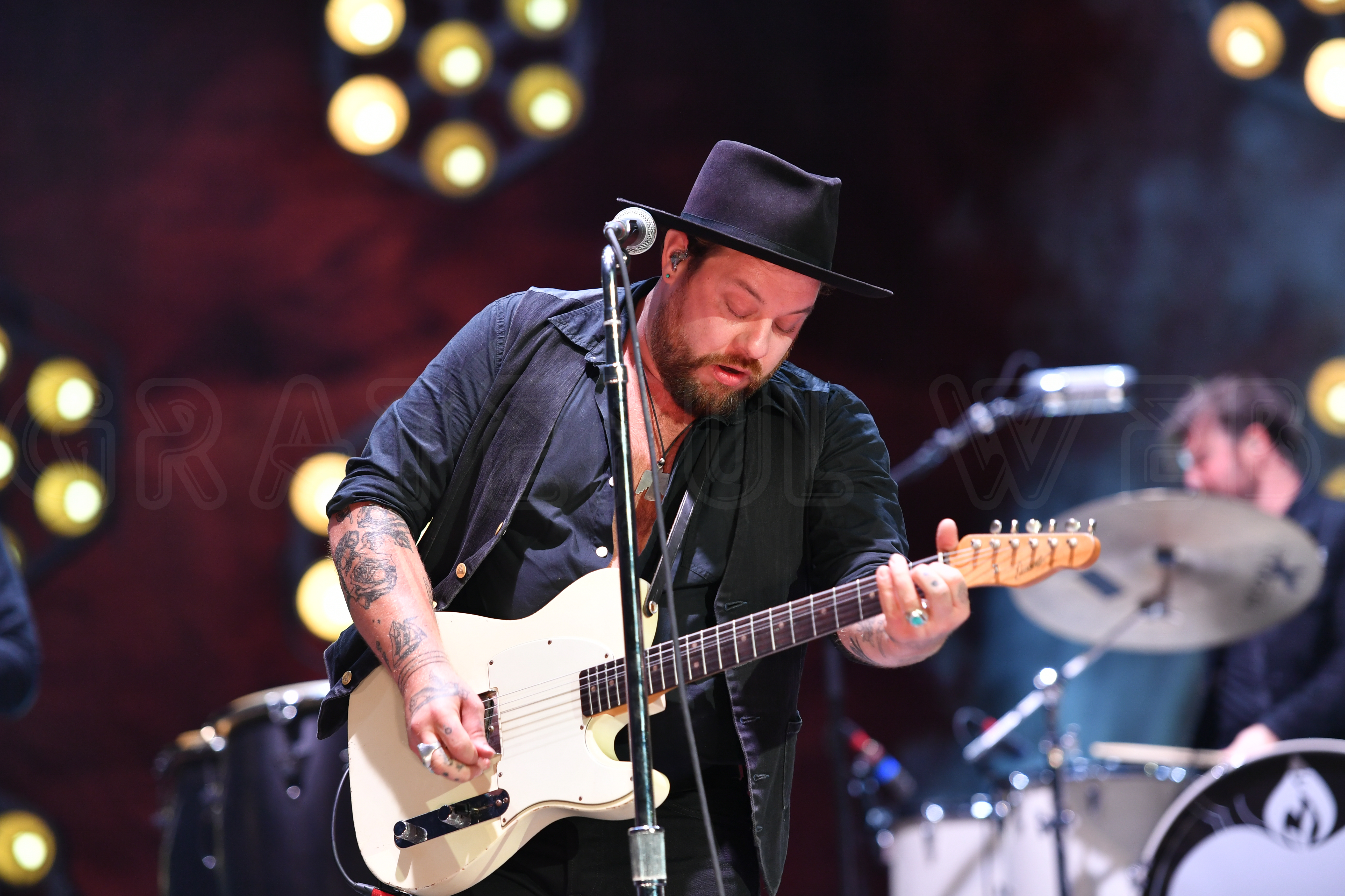 "Nathaniel Rateliff debuts quarantine inspired ""Time Stands"" video"