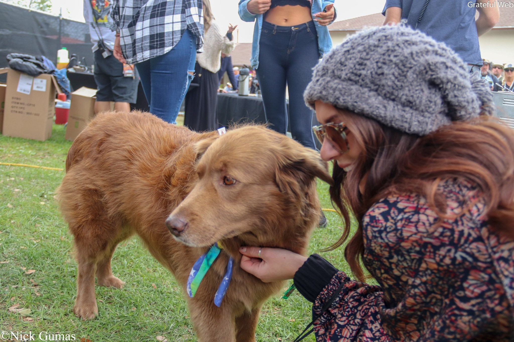 Cocoa the Tour Dog gets to meet some fans @ Cali Roots
