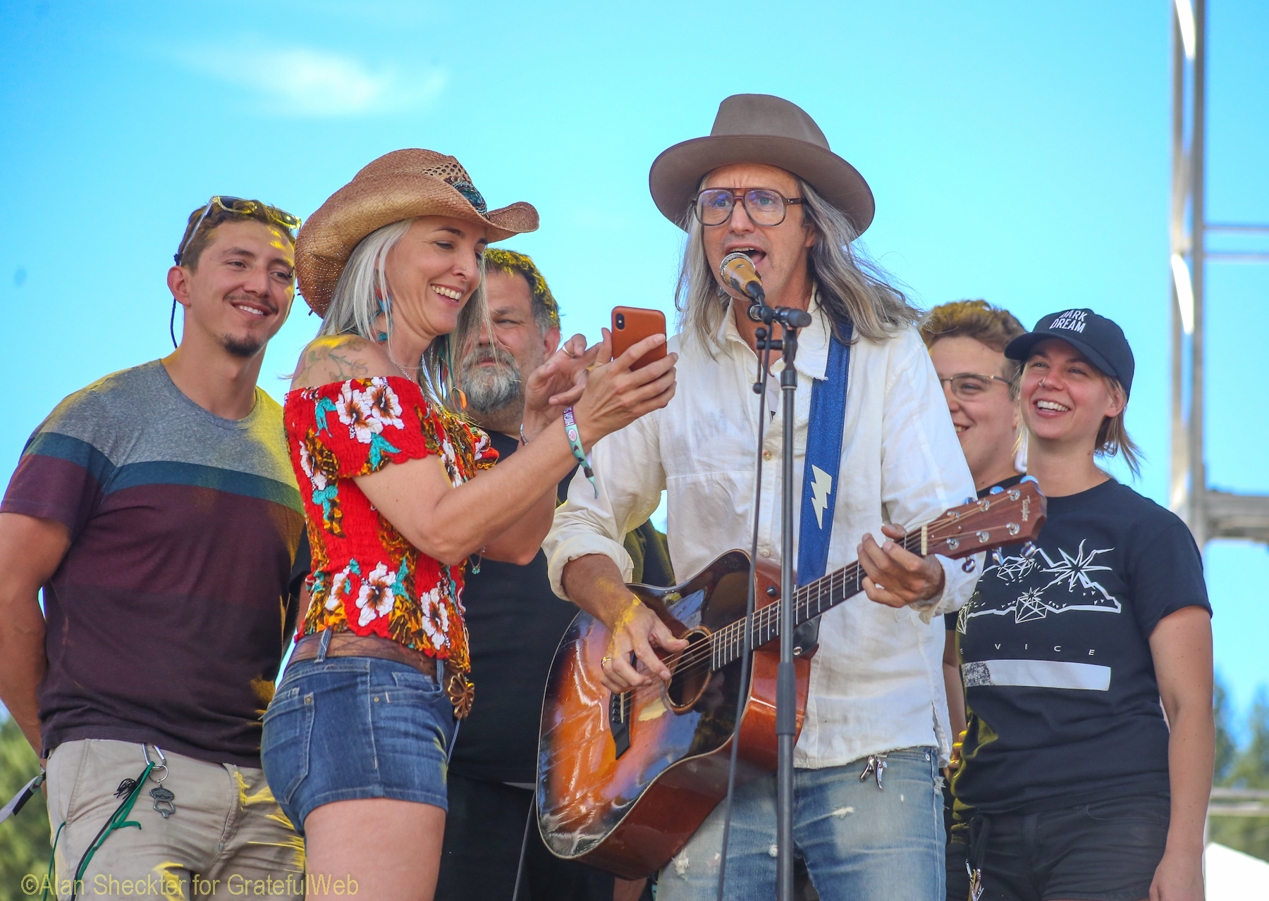 Steve Poltz, Paige Clem and High Sierra crew in a sing-along