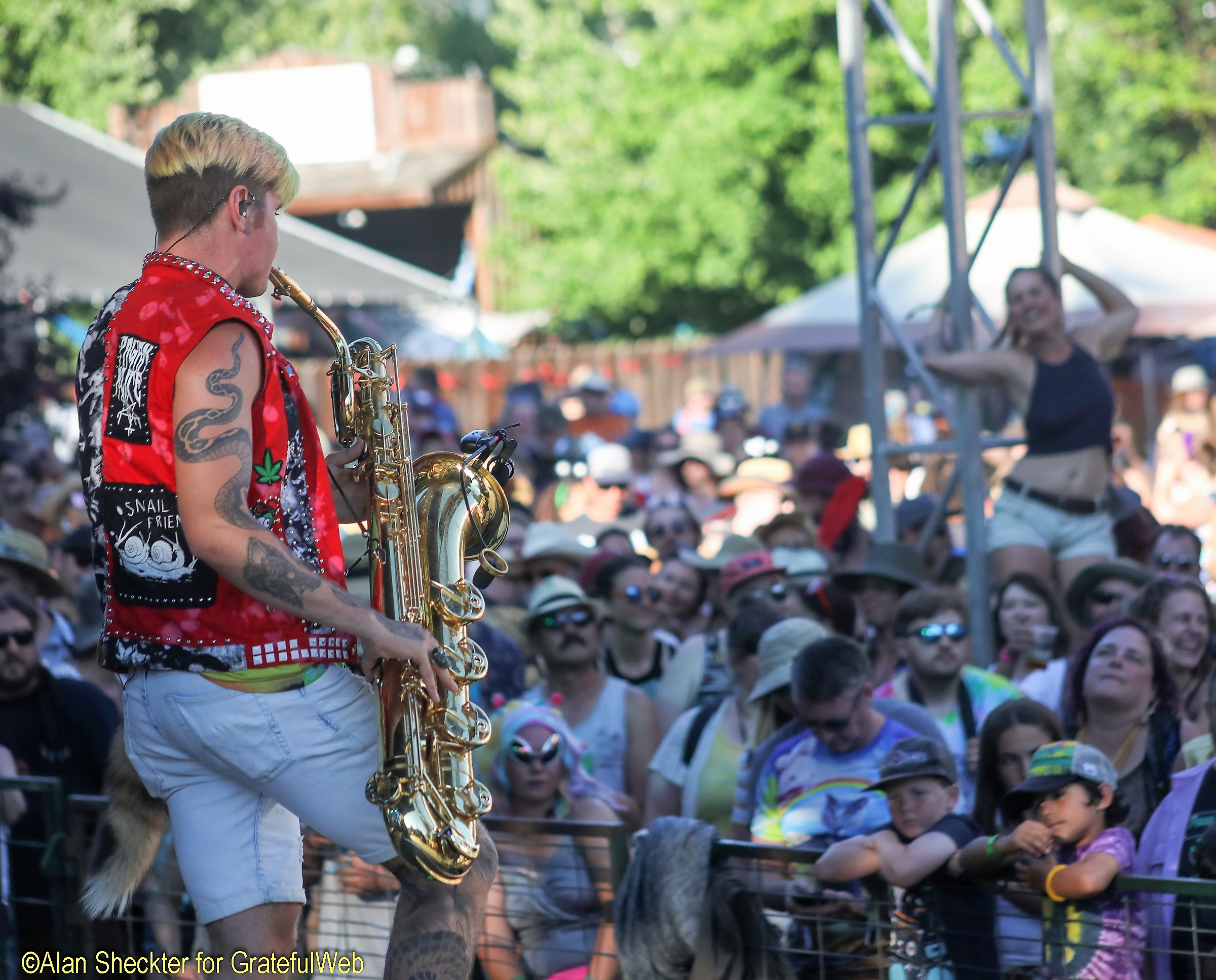 Fans rock to Leo Pellegrino and Too Many Zooz